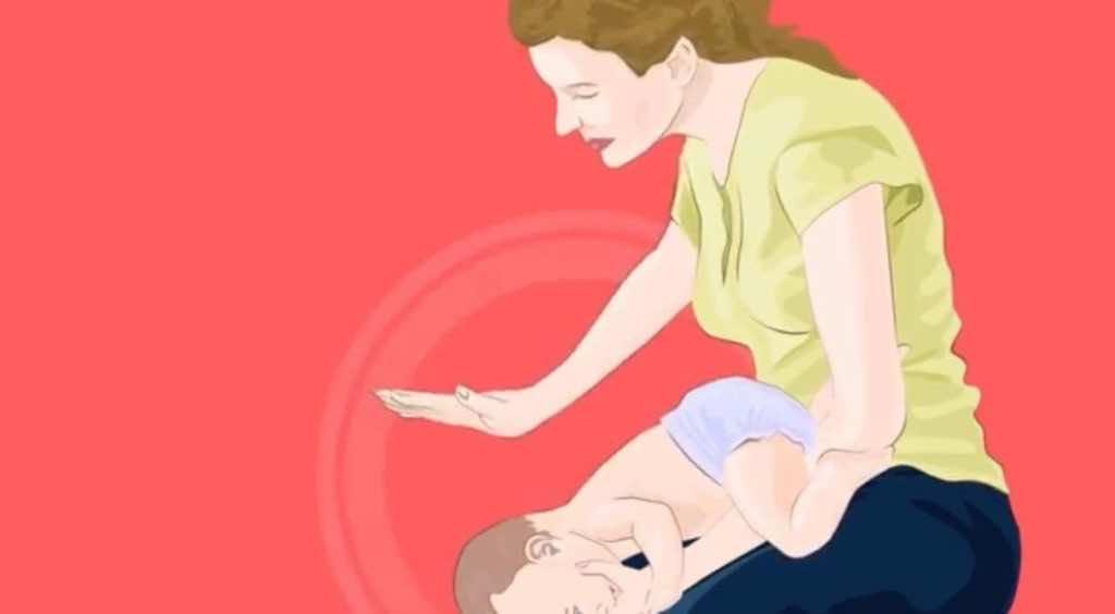 تعطي الأم ضربات الظهر بواسطة كعب راحة اليد