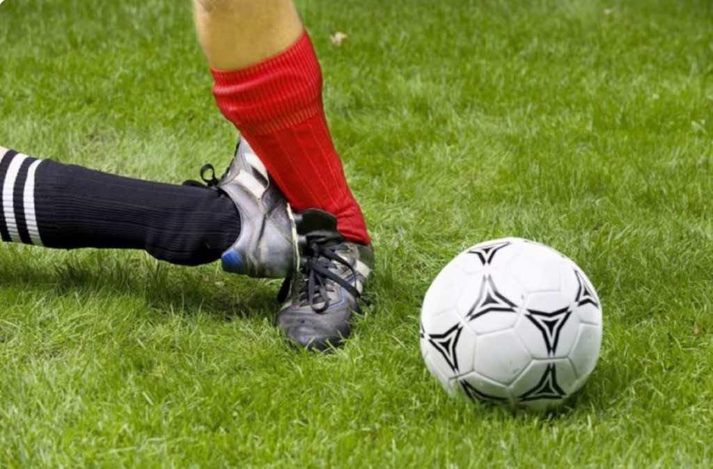 كيف يحدث إلتواء الكاحل في ملاعب كرة القدم؟ وكيف يمكن أن يتجنب اللاعب هذه الإصابة؟ وكيف يتم العلاج؟