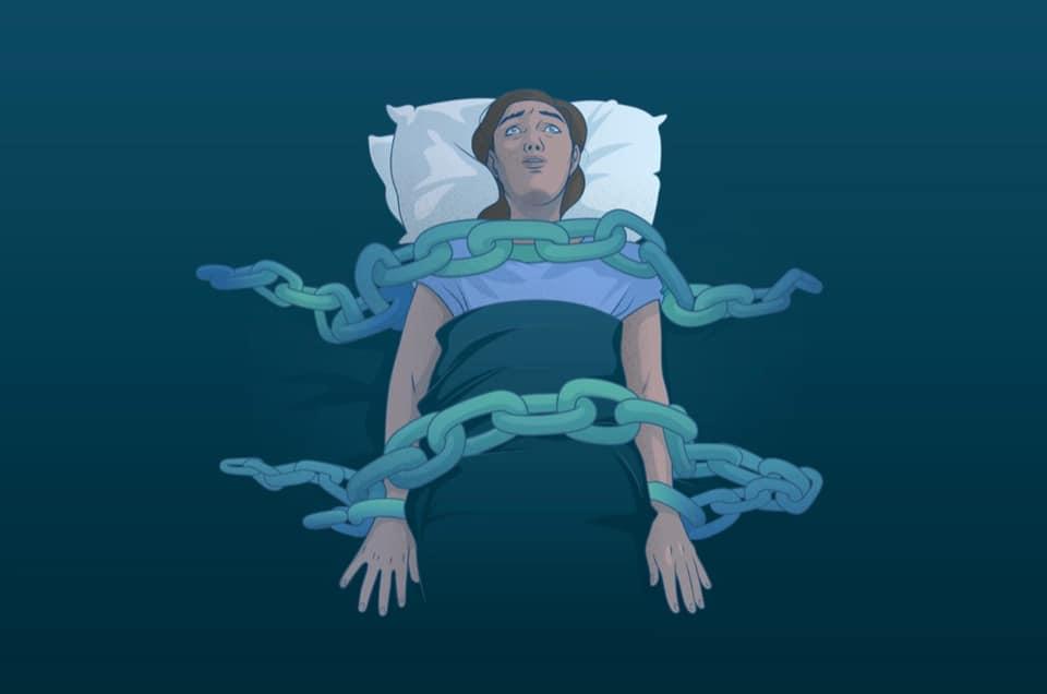 يتصف الجاثوم بحدوث شلل العضلات المؤقت الذي من أهم فوائده أن يحمى الشخص من القيام بحركات خطرة استجابة لما يراه في أحلامه.