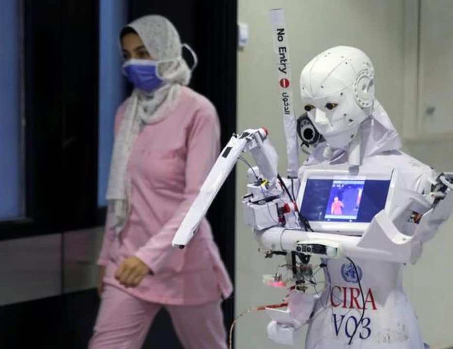روبوت مصري في مستشفى بالقاهرة يساعد المرضى ببراعة ويقلل من احتمالات انتقال العدوى