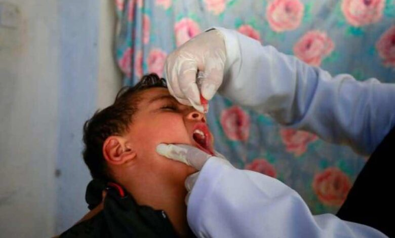 اليمن تواجه موجة وبائية من فيروس شلل الأطفال بحملات التطعيم الموسعة، فما السبب في ظهورها؟