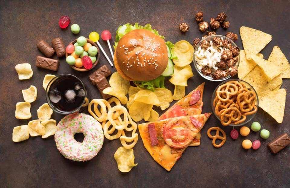 أمثلة للأطعمة الجاهزة التي يمكن ان تحتوي على الدهون المتحولة المهدرجة ويمكن التأكد من ذلك بقراءة نشرة المكونات عند شراءها