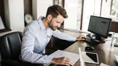 3 دقائق من تمرينات اليوجا أثناء الجلوسفي مكتبك تساعد على تقليل توتر الجسم