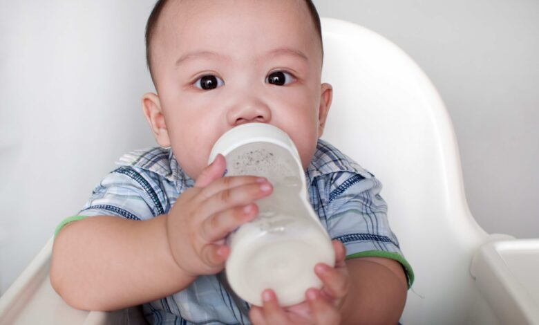 فيزيتا مجانية  هل تصلح المياه المعدنية للرضعات الصناعية؟ ومتي يحتاج الطفل الرضيع لشرب الماء؟