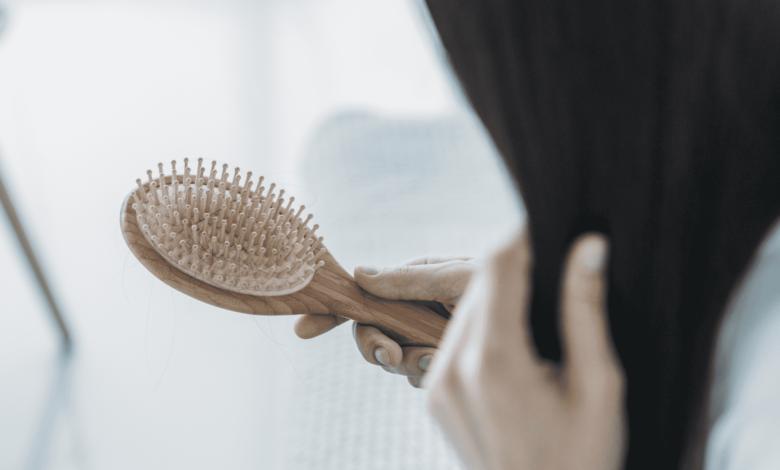 تساقط الشعر عند النساء | أهم وأشهر 5 أسباب منها تساقط الشعر الوراثي و التوتر