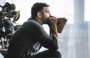 التنفس من خلال كيس ورقي يساعد على تخطي نوبة الهلع- شيزلونج - طب اليوم