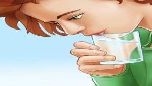 شرب الماء من الناحية البعيدة للكوب من الطرق التقليدية ل علاج الزغطة