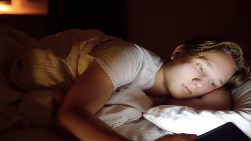 مشاهدة الشاشات المضيئة للهواتف المحمولة وأجهزة الكمبيوتر طيلة المساء يزيد من صعوبة الخلود إلي النوم
