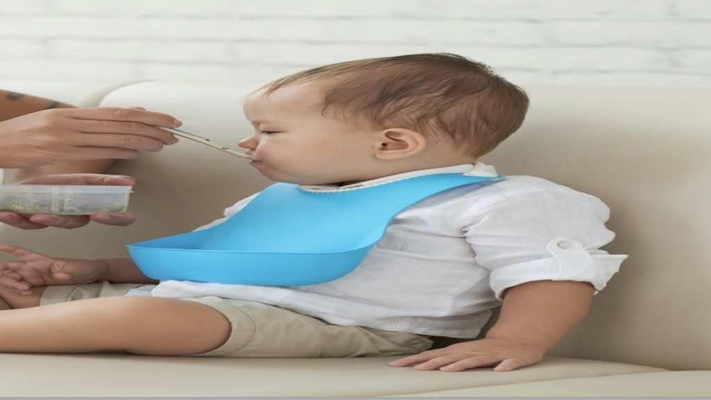 يجب التأكد من أن الطفل الرضيع جاهز لبدء تناول الطعام الصلب