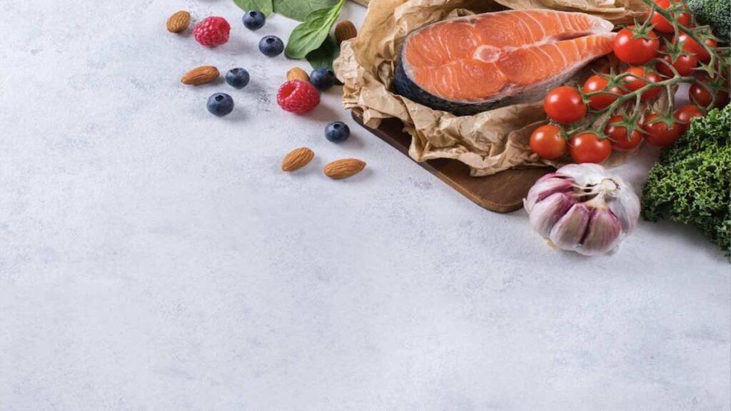 الثوم والاسماك الدهنية مثل السالمون من أهم الأغذية الهامة لصحة قلبك