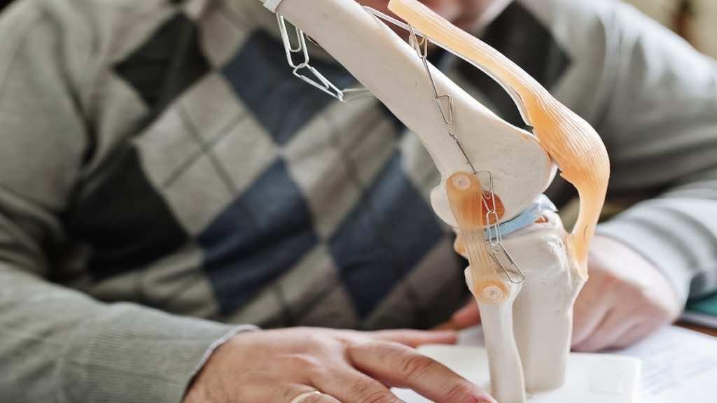 يساعد الرسم الحركي ثلاثي الابعاد للركبة علي تسجيل نقاط الضعف والضغط وتحديد سبب المشكلة بدقة مما يزيد من فرص نجاح العلاج
