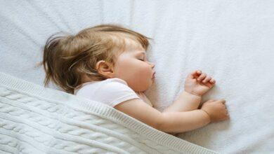 تعلم طفلك النوم ليلا كتعلمه المشي، 3 نصائح علمية لمساعدتك