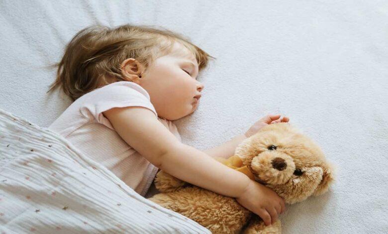 كم ساعة من النوم يجب أن يحصل عليها الاطفال بعمر 0-18 عام ؟