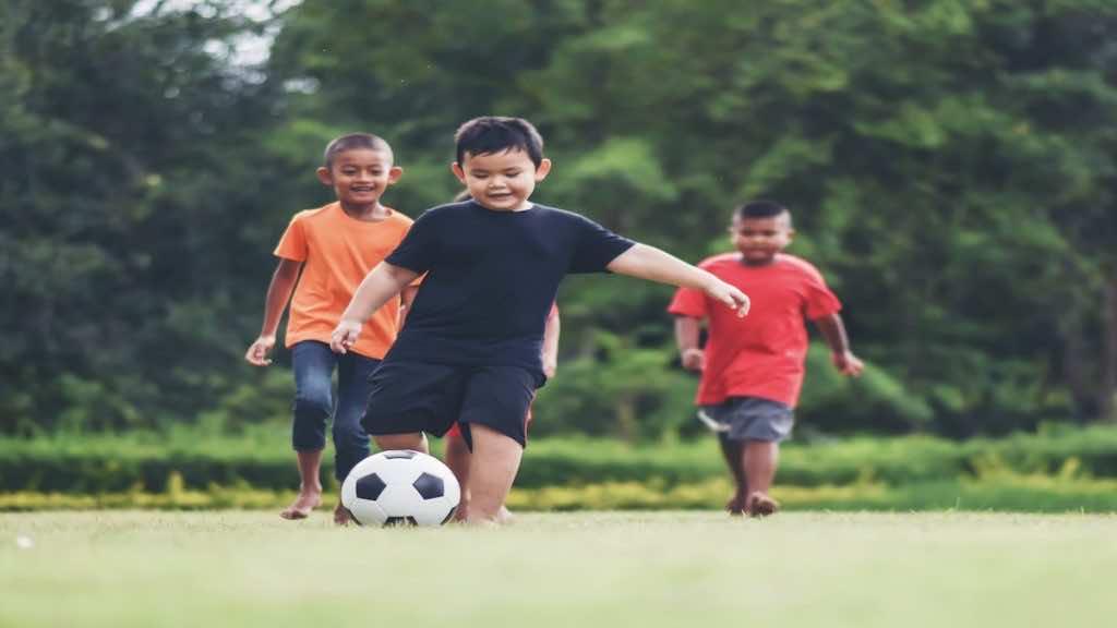 لعب الكرة طريقة جيدة وممتعة للمارسة الرياضة للصغار