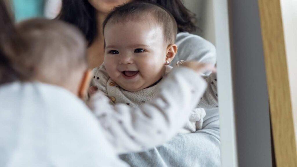 يحب الطفل الرضيع أن ينظر لنفسه في المرآه